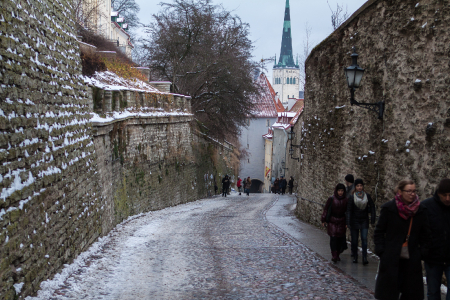 The Long Leg, een glad en steil straatje naar Toompea Hill